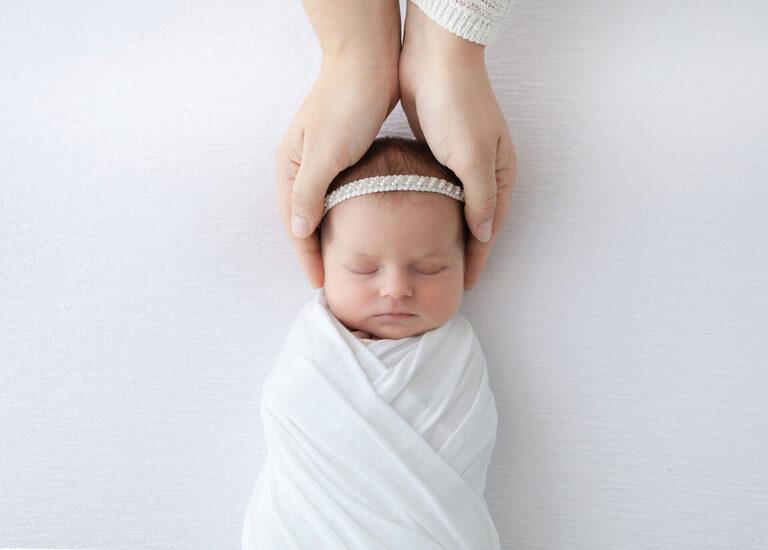 newborn in hnads